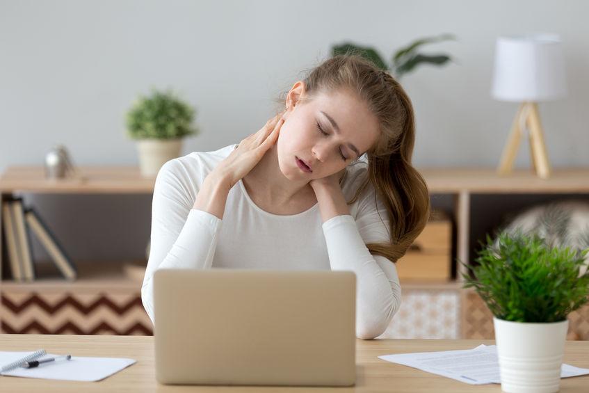 Prawidłowa postawa przy laptopie ból szyi